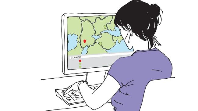Kvinna framför en datorskärm med karta- färgglad forlangd mindre.jpg